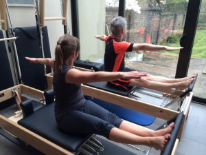 Pilates oefening op Reformer: stomach massage series - the twist